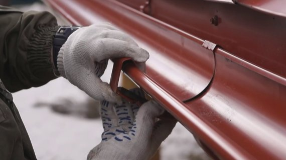 Восстановление водосточных систем и ремонт кровельного покрытия после зимы